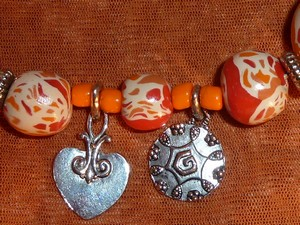 collier_orange_fimo_metal_deatil_pampille2.jpg