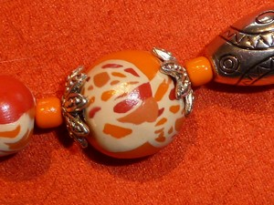 collier_orange_fimo_metal_detail_perle1.jpg