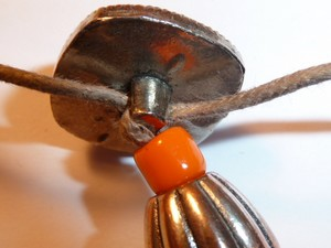 collier_orange_fimo_metal_finition1.jpg